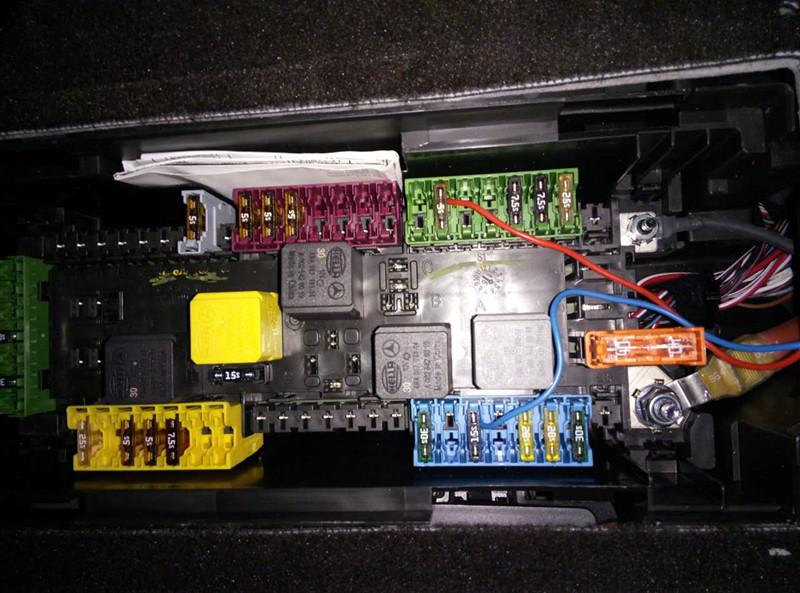 4安装奔驰隐藏式行车记录仪,走线沿顶棚到副驾后排座椅下接线,接电从